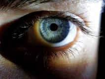 Όμορφη κινηματογράφηση σε πρώτο πλάνο που πυροβολείται των βαθιών μπλε ματιών ενός θηλυκού ανθρώπου στοκ φωτογραφίες