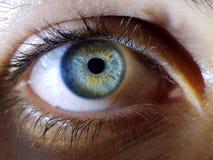 Όμορφη κινηματογράφηση σε πρώτο πλάνο που πυροβολείται των βαθιών μπλε ματιών ενός θηλυκού ανθρώπου στοκ φωτογραφία