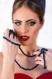 Όμορφη κινηματογράφηση σε πρώτο πλάνο κοριτσιών μόδας πρότυπη με το μπλε μαργαριτάρι necklece Στοκ Εικόνα