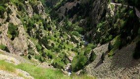 Όμορφη κοιλάδα βουνών στην Ισπανία Πυρηναία φιλμ μικρού μήκους