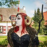 Όμορφη κοκκινομάλλης γυναίκα που φορά τα κέρατα κριού στη φαντασία νεραιδών Στοκ Φωτογραφία