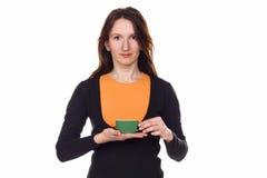 Όμορφη κοκκινομάλλης νέα γυναίκα με το φλυτζάνι του τσαγιού Στοκ φωτογραφίες με δικαίωμα ελεύθερης χρήσης