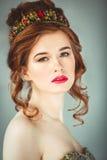 Όμορφη κοκκινομάλλης πρότυπη τοποθέτηση μόδας στο φόρεμα βραδιού και μέσα Στοκ Εικόνα