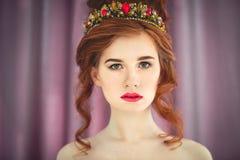 Όμορφη κοκκινομάλλης πρότυπη τοποθέτηση μόδας στο φόρεμα βραδιού και μέσα Στοκ Φωτογραφίες