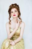 Όμορφη κοκκινομάλλης πρότυπη τοποθέτηση μόδας στο φόρεμα βραδιού και μέσα Στοκ εικόνες με δικαίωμα ελεύθερης χρήσης