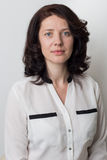 Όμορφη κομψή γυναίκα χωρίς σύνθεση με ένα καθαρό πρόσωπο σε ένα άσπρο υπόβαθρο στο στούντιο Στοκ Φωτογραφίες