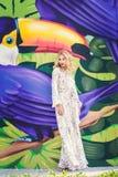 όμορφη κομψή λευκή γυναίκα φορεμάτων η μόδα σεντονιών βάζει τις σαγηνευτικές νεολαίες λευκών γυναικών φωτογραφιών Στοκ Φωτογραφίες