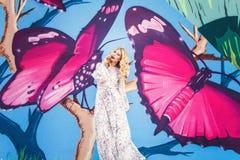 όμορφη κομψή λευκή γυναίκα φορεμάτων η μόδα σεντονιών βάζει τις σαγηνευτικές νεολαίες λευκών γυναικών φωτογραφιών Στοκ Εικόνες