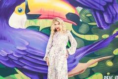 όμορφη κομψή λευκή γυναίκα φορεμάτων η μόδα σεντονιών βάζει τις σαγηνευτικές νεολαίες λευκών γυναικών φωτογραφιών Στοκ φωτογραφίες με δικαίωμα ελεύθερης χρήσης