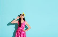 Όμορφη κομψή καραμέλα εκμετάλλευσης κοριτσιών lollypop Στοκ Εικόνες