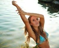 Όμορφη κομψή κυρία κινηματογραφήσεων σε πρώτο πλάνο στο ύδωρ στοκ φωτογραφία