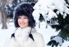 Όμορφη κομψή κυρία στο χειμερινό δάσος Στοκ Φωτογραφίες