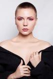 Όμορφη κοντή τρίχα brunette γυναικών μόδας πρότυπη και κόκκινα βλέφαρα Στοκ φωτογραφία με δικαίωμα ελεύθερης χρήσης