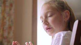 Όμορφη κοριτσιών δραστηριότητα ελεύθερου χρόνου κινηματογραφήσεων σε πρώτο πλάνο συζήτησης επικεφαλής απόθεμα βίντεο