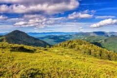 Όμορφη κορυφογραμμή θερινών βουνών, φωτεινό πρωινό τοπίο με τα πράσινα βουνά και μπλε νεφελώδης ουρανός στοκ εικόνες