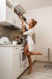 όμορφη κουζίνα κοριτσιών Στοκ Εικόνες