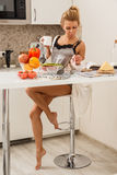όμορφη κουζίνα κοριτσιών Στοκ Φωτογραφία