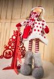 Όμορφη κούκλα Χριστουγέννων που εξετάζει τον ουρανό Στοκ Φωτογραφία