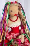 Όμορφη κούκλα στο κόκκινο φόρεμα Στοκ Φωτογραφίες