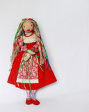 Όμορφη κούκλα στο κόκκινο φόρεμα Στοκ Εικόνες