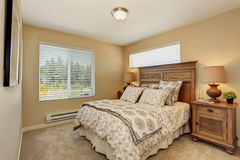 Όμορφη κρεβατοκάμαρα με χαρασμένα τα πλούσιοι ξύλινα έπιπλα στοκ εικόνες με δικαίωμα ελεύθερης χρήσης