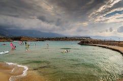 Όμορφη κρητική δύσκολη ακτή με την μπλε θάλασσα και τα surfers Στοκ φωτογραφίες με δικαίωμα ελεύθερης χρήσης