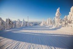 Όμορφη κρύα θέα βουνού του χιονοδρομικού κέντρου, ηλιόλουστο πνεύμα χειμερινής ημέρας Στοκ Φωτογραφία