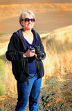 Όμορφη κυρία με τη κάμερα Στοκ Φωτογραφίες
