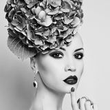 Όμορφη κυρία με το hydrangea στοκ εικόνα