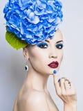 Όμορφη κυρία με το hydrangea στοκ εικόνα με δικαίωμα ελεύθερης χρήσης