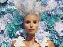 Όμορφη κυρία που βρίσκεται στα λουλούδια στοκ εικόνες