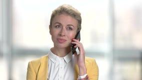 Όμορφη κυρία που μιλά στο κινητό τηλέφωνο απόθεμα βίντεο