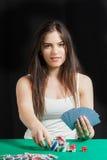 Όμορφη κυρία που παίζει Blackjack στη χαρτοπαικτική λέσχη Στοκ Φωτογραφία
