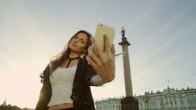 Όμορφη κυρία που παίρνουν selfie και φυσώντας φιλί φιλμ μικρού μήκους
