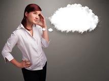 Όμορφη κυρία που σκέφτεται για την ομιλία σύννεφων ή τη σκεπτόμενη φυσαλίδα με το γ Στοκ φωτογραφία με δικαίωμα ελεύθερης χρήσης