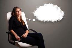 Όμορφη κυρία που σκέφτεται για την ομιλία σύννεφων ή τη σκεπτόμενη φυσαλίδα με το γ Στοκ Φωτογραφία