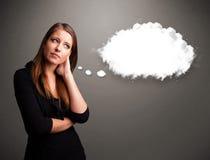 Όμορφη κυρία που σκέφτεται για την ομιλία σύννεφων ή τη σκεπτόμενη φυσαλίδα με το γ Στοκ Εικόνες
