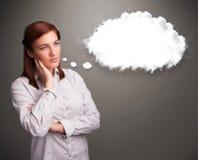 Όμορφη κυρία που σκέφτεται για την ομιλία σύννεφων ή τη σκεπτόμενη φυσαλίδα με το γ Στοκ εικόνα με δικαίωμα ελεύθερης χρήσης