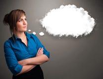 Όμορφη κυρία που σκέφτεται για την ομιλία σύννεφων Στοκ φωτογραφία με δικαίωμα ελεύθερης χρήσης