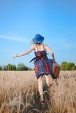 Όμορφη κυρία στα sundress και το τρέξιμο καπέλων σφαιριστών Στοκ Φωτογραφία