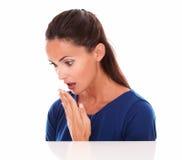 Όμορφη κυρία στην μπλε μπλούζα που φαίνεται έκπληκτη Στοκ Φωτογραφία