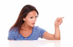 Όμορφη κυρία στην μπλε gesturing επιλογή μπλουζών Στοκ Φωτογραφίες