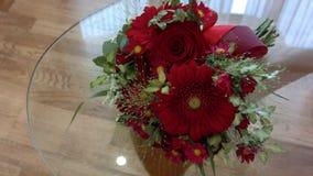 Όμορφη κόκκινη γαμήλια ανθοδέσμη στο διαφανές επιτραπέζιο γυαλί απόθεμα βίντεο