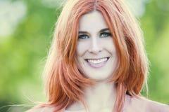 όμορφη κόκκινη γυναίκα τρι&ch στοκ φωτογραφία με δικαίωμα ελεύθερης χρήσης