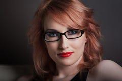 όμορφη κόκκινη γυναίκα τρι&ch Στοκ Εικόνες