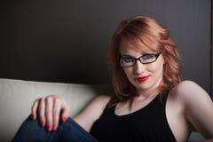 όμορφη κόκκινη γυναίκα τρι&ch στοκ εικόνα με δικαίωμα ελεύθερης χρήσης