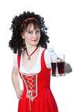 όμορφη κόκκινη γυναίκα φορεμάτων μπύρας Στοκ Εικόνα