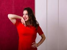 όμορφη κόκκινη γυναίκα φορεμάτων Στοκ Εικόνα