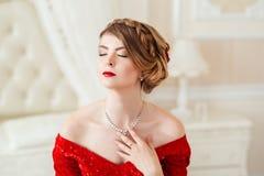 όμορφη κόκκινη γυναίκα φορεμάτων Στοκ Φωτογραφία