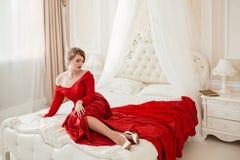 όμορφη κόκκινη γυναίκα φορεμάτων Στοκ εικόνα με δικαίωμα ελεύθερης χρήσης